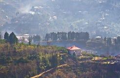 Vista del villaggio sulle montagne in Georgia Fotografia Stock Libera da Diritti