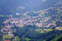 Vista del villaggio in Svizzera un giorno nebbioso da sopra Fotografia Stock Libera da Diritti