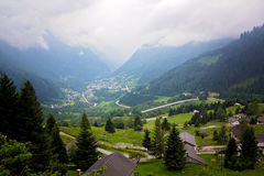 Vista del villaggio in Svizzera un giorno nebbioso da sopra Immagini Stock Libere da Diritti