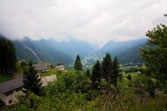 Vista del villaggio in Svizzera un giorno nebbioso da sopra Immagine Stock