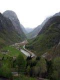 Vista del villaggio in valle glaciale in Norvegia Immagini Stock
