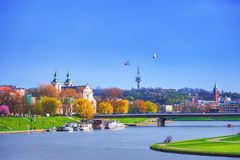 Vista del Vistola con la chiesa della st Stanislaus, Cracovia fotografie stock