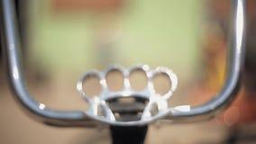 Vista del volante insolito fatto delle articolazioni d'ottone e della maniglia del ferro Giorno pieno di sole di estate esposizio video d archivio