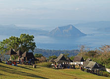 Vista del volcán taal de la arboleda de la comida campestre foto de archivo
