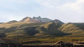 Vista del volcán Tunupa de la ciudad de Chatahuana foto de archivo
