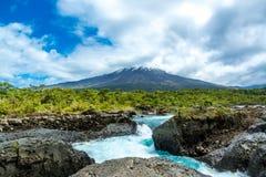 Vista del vulcano dell'Osorno dalla cascata di Petrohue, paesaggio di Los Lagos, Cile, Sudamerica Immagini Stock