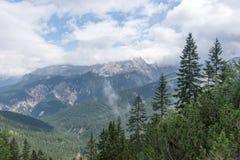 Vista del wetterstein de la cadena de montaña en las montañas bávaras Imagen de archivo