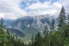 Vista del wetterstein de la cadena de montaña en las montañas bávaras Fotos de archivo