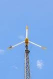 Vista del windturbine producendo energia alternativa con un chiaro cielo blu Fotografie Stock