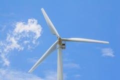 Vista del windturbine producendo energia alternativa con un chiaro cielo blu Immagine Stock