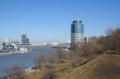 """Vista del ` 2000 y de las compras de la torre del ` y ` Bagrationdel puente peatonal"""", Moscú, Rusia Fotografía de archivo libre de regalías"""