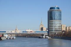 Vista del ` 2000 y de las compras de la torre del ` y ` de Bagration del ` del puente peatonal, Moscú, Rusia Foto de archivo