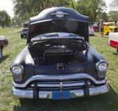 Vista delantera 1952 de Oldsmobile del negro 88 estupendos Fotos de archivo libres de regalías