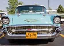 Vista delantera 1957 de Chevy Bel Air del azul y del blanco de polvo Imágenes de archivo libres de regalías