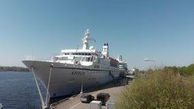 vista delantera aérea 4k de la nave amarrada Astor en un día soleado, Riga Letonia metrajes