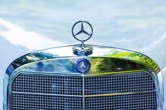 Vista delantera con la estrella de Mercedes de Mercedes-Benz clásico fotos de archivo