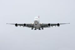 Vista delantera de Airbus A380 en vuelo - Imagen de archivo libre de regalías