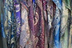 Vista delantera de bufandas de seda elegantes imagenes de archivo