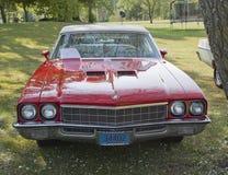 Vista delantera de Buick Skylark de 1972 rojos Foto de archivo
