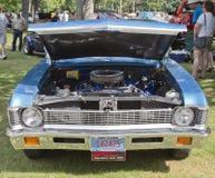 vista delantera de Chevy Nova de 1971 azules Fotografía de archivo libre de regalías