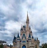 Vista delantera de Cinderella Castle en Walt Disney World imagen de archivo