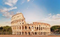 Vista delantera de Colosseum en el tiempo de la pre-puesta del sol con el cielo maravilloso Imágenes de archivo libres de regalías