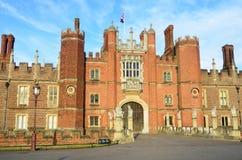 Vista delantera de Hampton Court Palace Fotos de archivo libres de regalías