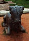 vista delantera de la Bull-Nandhi-estatua en el palacio del maratha del thanjavur Foto de archivo libre de regalías