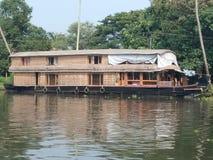 Vista delantera de la casa barco de Kerala y de un río hermoso fotos de archivo