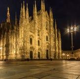 Vista delantera de la catedral del duomo de la plaza de Milano en la noche imagen de archivo