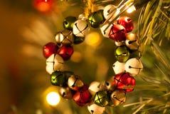 Vista delantera de la decoración de Jingle Bell Wreath Christmas Tree Imagen de archivo