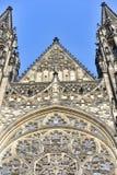 Vista delantera de la entrada principal a la catedral del St Vitus en el castillo de Praga en Praga Foto de archivo libre de regalías