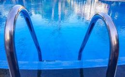 Vista delantera de la escalera de la piscina de la escalera fuera del agua imagen de archivo libre de regalías