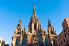 Vista delantera de la fachada de la catedral de Barcelona durante la tarde del verano en la puesta del sol con el cielo azul Fotografía de archivo libre de regalías