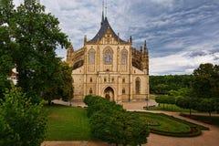 Vista delantera de la iglesia de Barbara del santo en Kutna Hora, República Checa fotografía de archivo