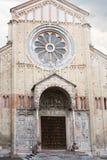 Vista delantera de la iglesia de San Zeno en la ciudad de Verona Fotografía de archivo libre de regalías