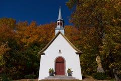 Vista delantera de la mediados de-Dieciocho capilla hermosa de la procesión del siglo fotos de archivo