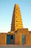 Vista delantera de la mezquita del fango en Agadez imagenes de archivo