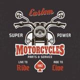 Vista delantera de la motocicleta sobre la impresión oscura de la camiseta del vector libre illustration