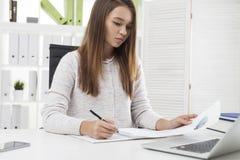 Vista delantera de la muchacha con el diagrama de empanada Foto de archivo libre de regalías