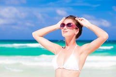 Vista delantera de la mujer joven hermosa en bikini y imagen de archivo