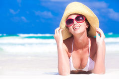 Vista delantera de la mujer joven hermosa en gafas de sol imagenes de archivo