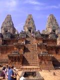 Vista delantera de la parte inferior de la pirámide ajustada final de la cual sube en tres gradas escarpadas al santuario central Fotos de archivo libres de regalías