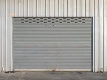 Vista delantera de la puerta del obturador del cierre del grunge o de la puerta rodante imagen de archivo libre de regalías