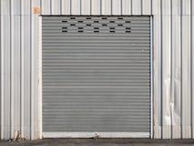 Vista delantera de la puerta del obturador del cierre del grunge o de la puerta rodante imágenes de archivo libres de regalías