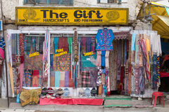 Vista delantera de la ropa y de los recuerdos tibetanos de la tienda en Leh, Ladakh, la India Imágenes de archivo libres de regalías