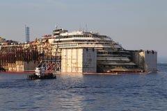 Vista delantera de la ruina de Costa Concordia el 19 de julio de 2014 en la isla de Giglio, Italia Imagen de archivo