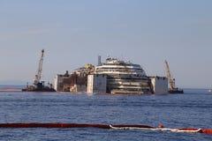 Vista delantera de la ruina de Costa Concordia el 19 de julio de 2014 en la isla de Giglio, Italia Imagenes de archivo