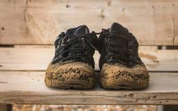 Vista delantera de las zapatillas de deporte negras viejas de los pares Imagenes de archivo