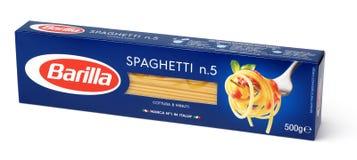 Vista delantera de los espaguetis n de la barrilla pastas de 5 italianos aisladas en el fondo blanco Imágenes de archivo libres de regalías